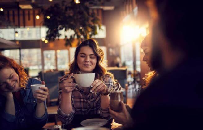 Момиче и кафе