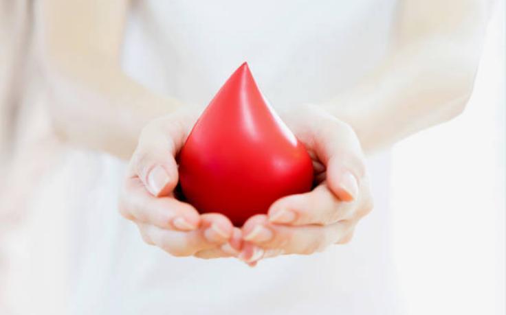 капка кръв и ръце