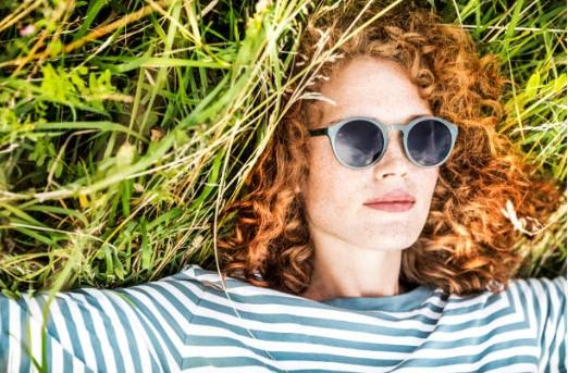 жена в трева
