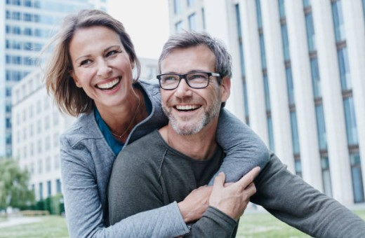усмихната двойка